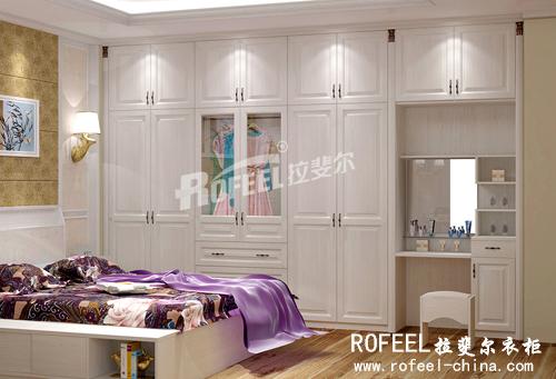 组合式衣柜嵌入梳妆台,功能多样,大大节省了卧室的空间.